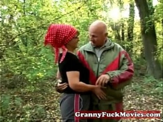 Granny in to outdoor fucking